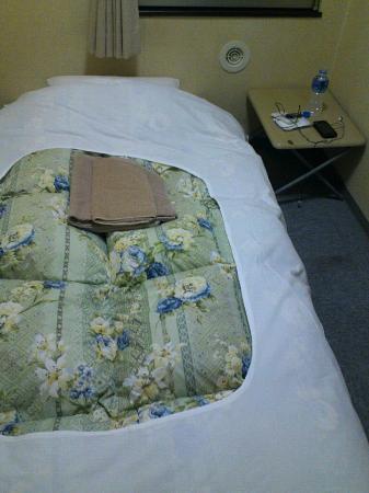Hotel Neo Tokyo : 3畳の部屋にベッド、机、テレビ冷蔵庫が付いてます!