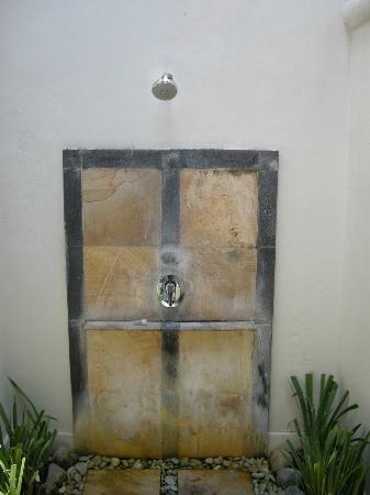 Villa Kresna Boutique Villas: Your shower. The birds will see you naked.