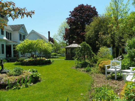 Village Victorian Bed and Breakfast: Garden