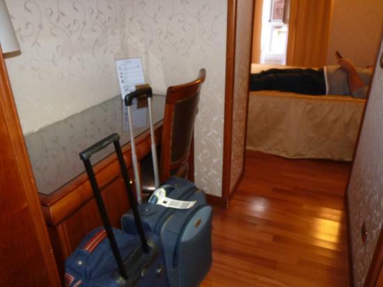 Hotel Giorgi : Corridor très pratique pour les valises