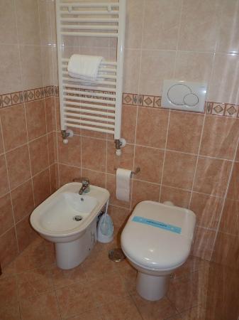 Hotel Giorgi: Toilettes et bidet