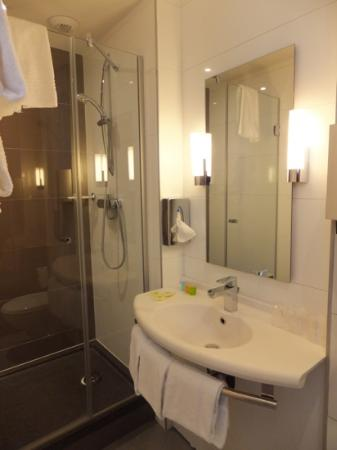 Ibis Styles Hotel Paris Gare du Nord TGV: The bathroom
