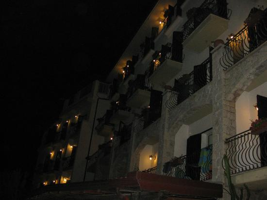 Hotel Ariston: Hotel at night