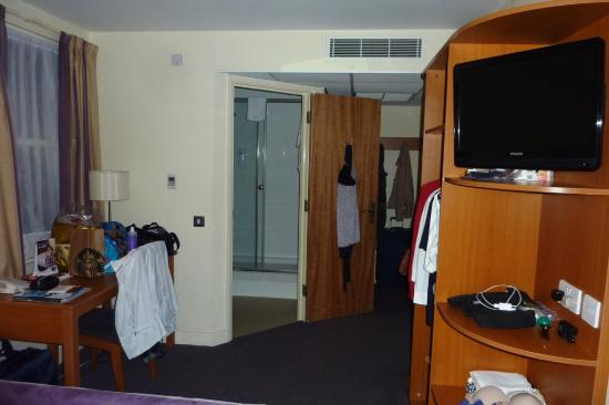 Premier Inn London Kensington (Olympia) Hotel: View from bed towards bathroom.