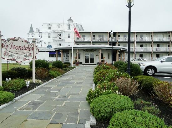 Avondale by the Sea: Front of hotel, pool is to left