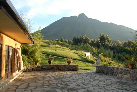 Sabyinyo Silverback Lodge: Looking from Main lodge at Sabyinyo volcano & the pathways that elad to various guest suite chal