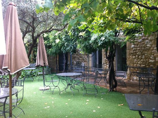 Petit jardin pour le petit d jeuner photo de hostellerie le castellas collias tripadvisor - Petit jardin contemporain argenteuil ...