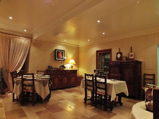 Le Cheval Blanc : salle du restaurant côté entrée