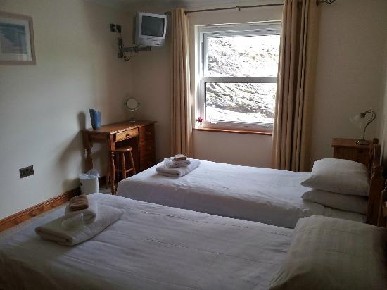 Beachcombers Apartments: Twin Bedroom