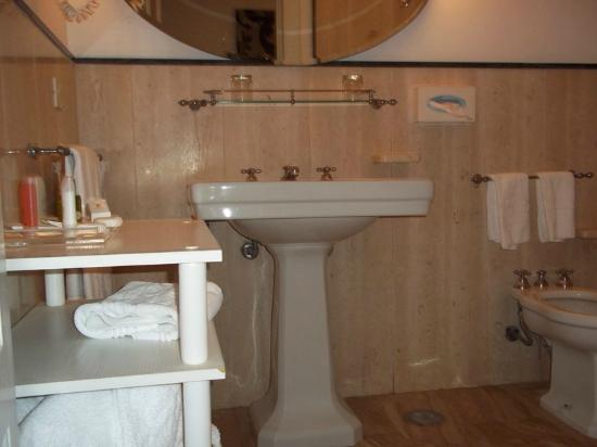 Europa Palace Grand Hotel: Bathroom with Bath/WC to right and sink/hairdryer to left