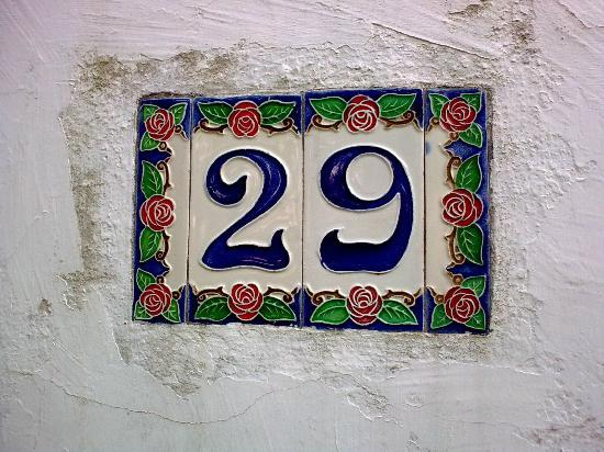 Hotel Il Girasole: Typical house number on footpath to hotel