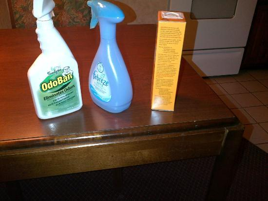 Hawthorn Suites by Wyndham Cincinnati : The products brought to my room to get rid of the stink