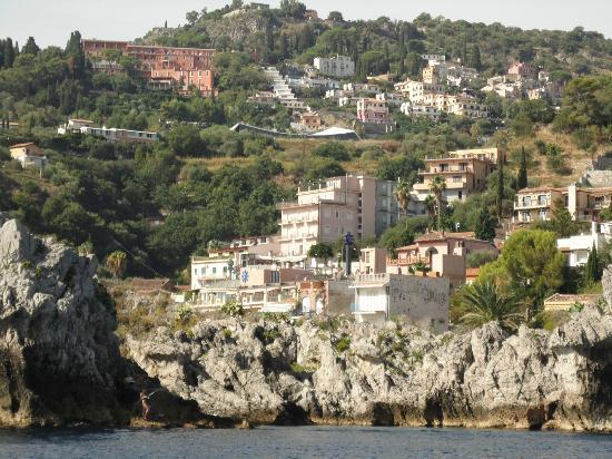Mazzaro, อิตาลี: het hotel vanaf zee