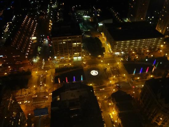 Marriott Vacation Club Pulse at Custom House, Boston: Observation Deck: the Rose Kennedy Greenway View at night