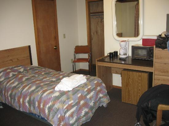 Redwood Ranch Motel: needs newer bed coverings & pillows