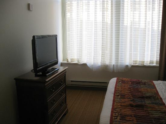 Residence Inn Milwaukee Downtown: Bedroom Television & Dresser