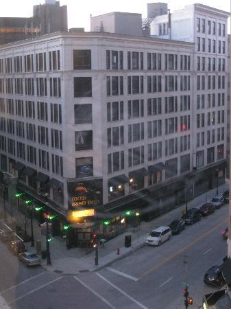 Residence Inn Milwaukee Downtown: View of Mo's Irish Pub from room - Great Milw Bar/Restaurant
