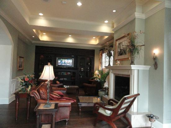 Hampton Inn & Suites Savannah Historic District: Beautiful library and sitting area on main floor