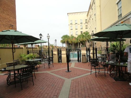Hampton Inn & Suites Savannah Historic District: Great patio and pool