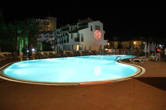 Sentinus Beach Hotel: piscine et hôtel