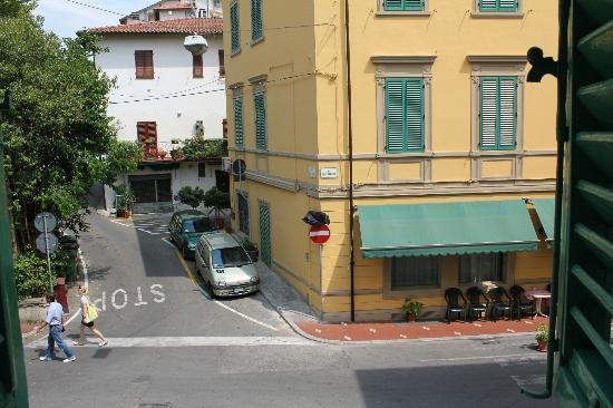 Hotel Belsoggiorno: View from the room - local streets