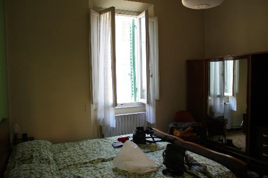 Hotel Belsoggiorno: The room included a double bed and a big wardrobe