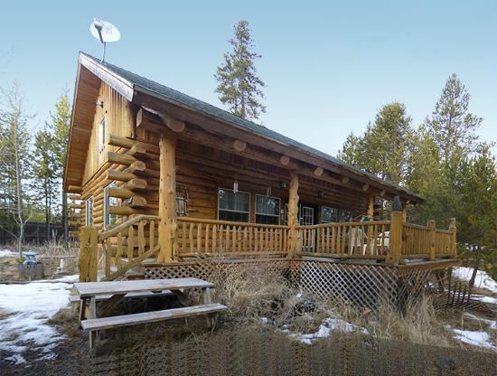 ‪‪DiamondStone Guest Lodges‬: Photo taken 2/2012 outside Maluhia Log Cabin