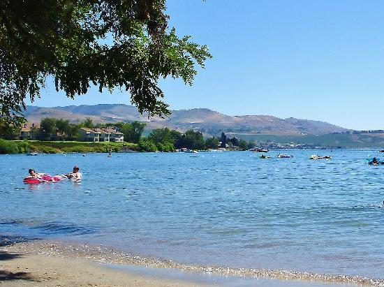 Wapato Point Resort : The beach