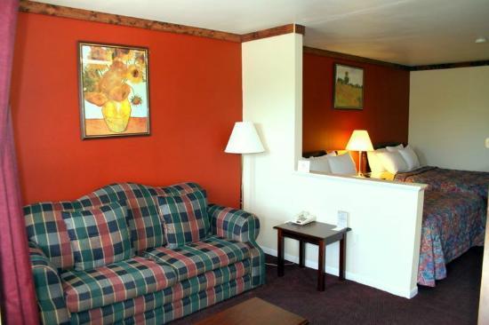 Days Inn Suites Fredericksburg : Sitting Area in each Suite