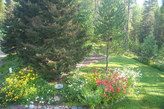 Moss Mountain Inn: Flowers on the grounds.
