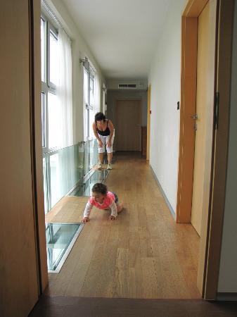 Villa Feniks: Il corridoio delle stanze al piano superiore