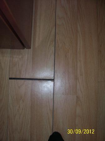 Hotel Aries: Laminat im Zimmer rissen fugen mittendrin