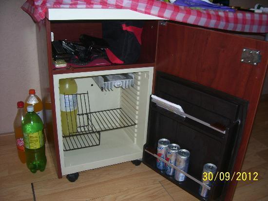 Hotel Aries: Safe und Kühlschrank in einem ein stoß an der seite reicht zum öffen auch wenn abgeschlossen
