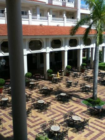 Hotel Riu Palace Riviera Maya: Buffet Patio Dining Area