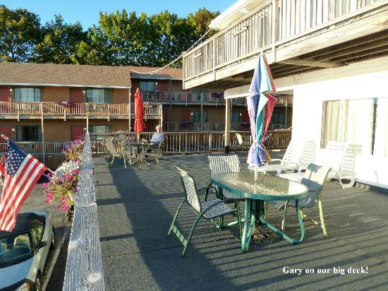 Cap'n Fish's Waterfront Inn : the deck
