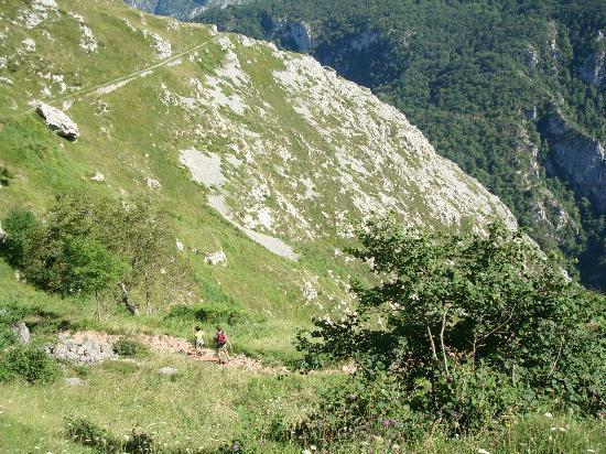 Urdón-Tresviso: Al fondo el desfiladero 1