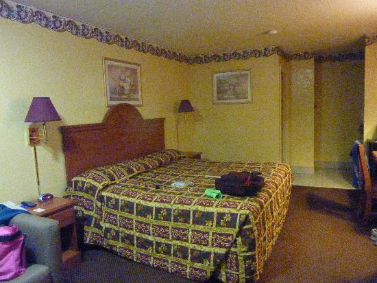 Americas Best Value Inn - Buda: Room with Queen bed and bath