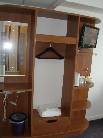 Premier Inn Herne Bay Hotel: Wardrobe space, Dressing table, TV etc