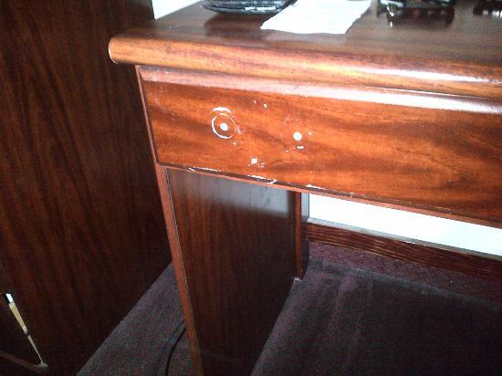 Econo Lodge: Broken and damaged furniture throughout the room
