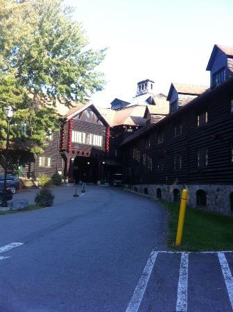 Fairmont Le Chateau Montebello: Front of Hotel