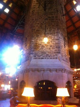 Fairmont Le Chateau Montebello: Fireplace