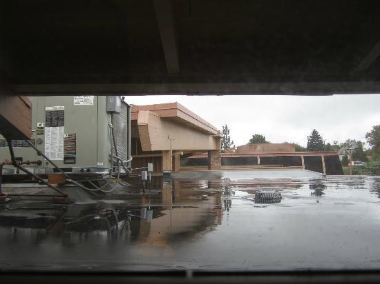 Doubletree Missoula/Edgewater: Eye level roof & AC unit