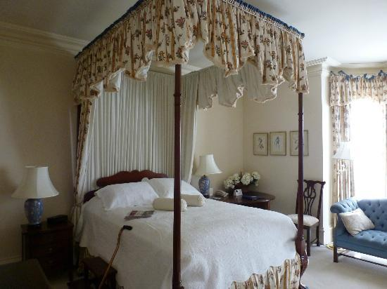Tattingstone Inn: Beautiful four poster bed