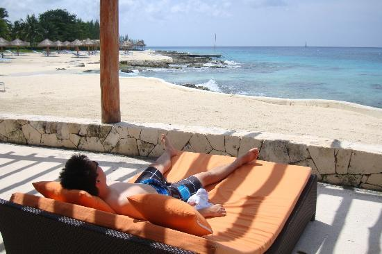 Presidente Inter-Continental Cozumel Resort & Spa: Lots of comfortable places to enjoy the view