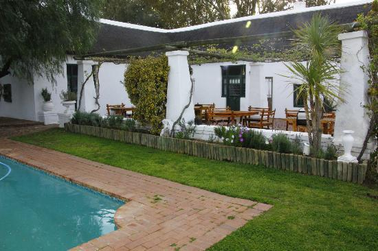 Aan De Doorns Guest House: Pool and patio area