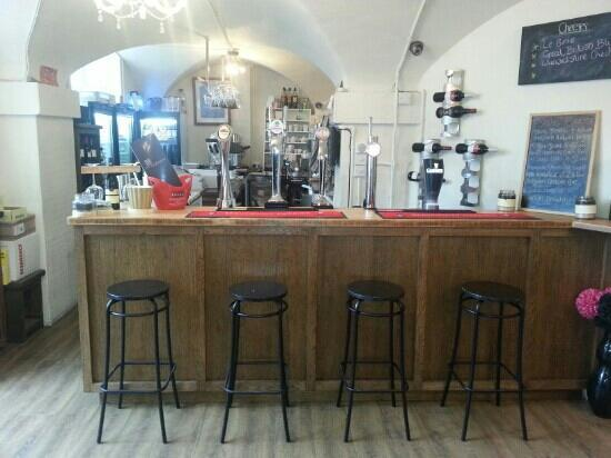 The Old Courthouse Wine and Coffee Bar: bar area