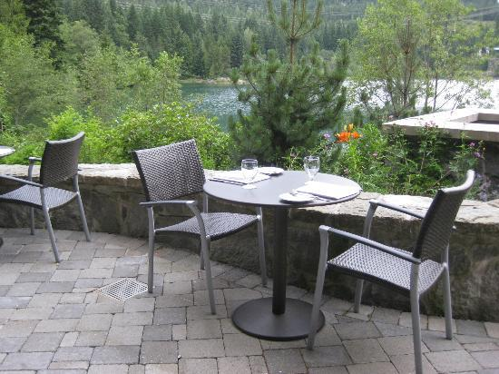 ‪نيتا ليك لودج: Patio dining overlooking the lake.‬