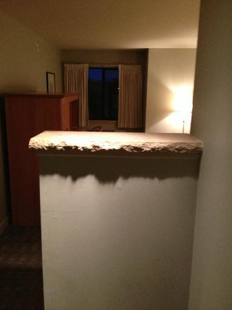Hawthorn Suites by Wyndham Overland Park: View of walking in the door