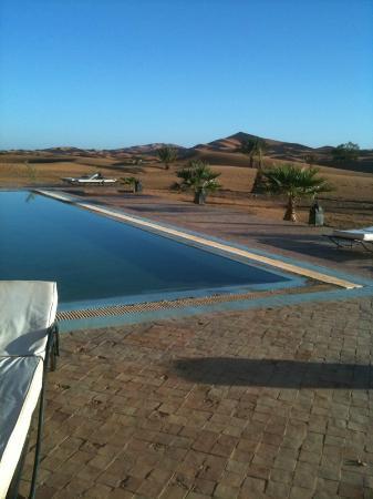 Hotel Kasbah Kanz Erremal : Piscina entre dunas