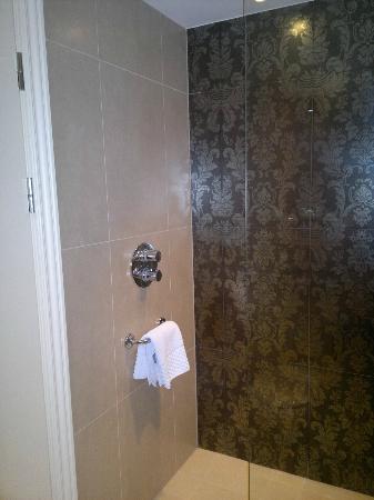 هوتل إنديجو جلاسجو: wall tiles in shower, room 302